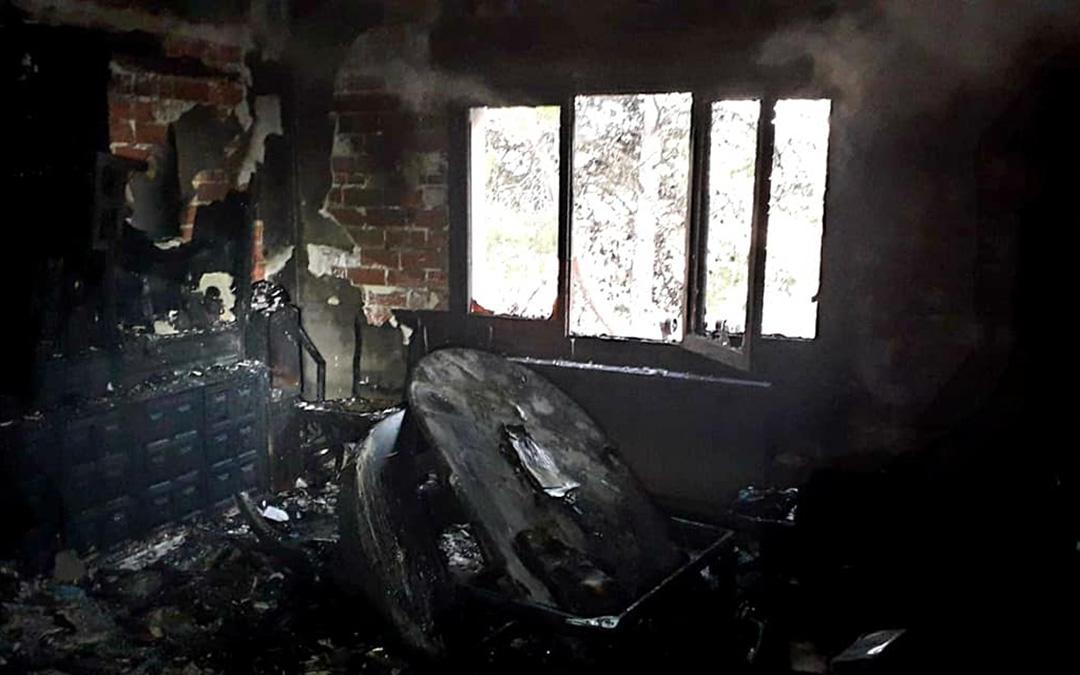 El salón de la vivienda calcinada en Chiprana ha quedado en un estado ruinoso./ DPZ