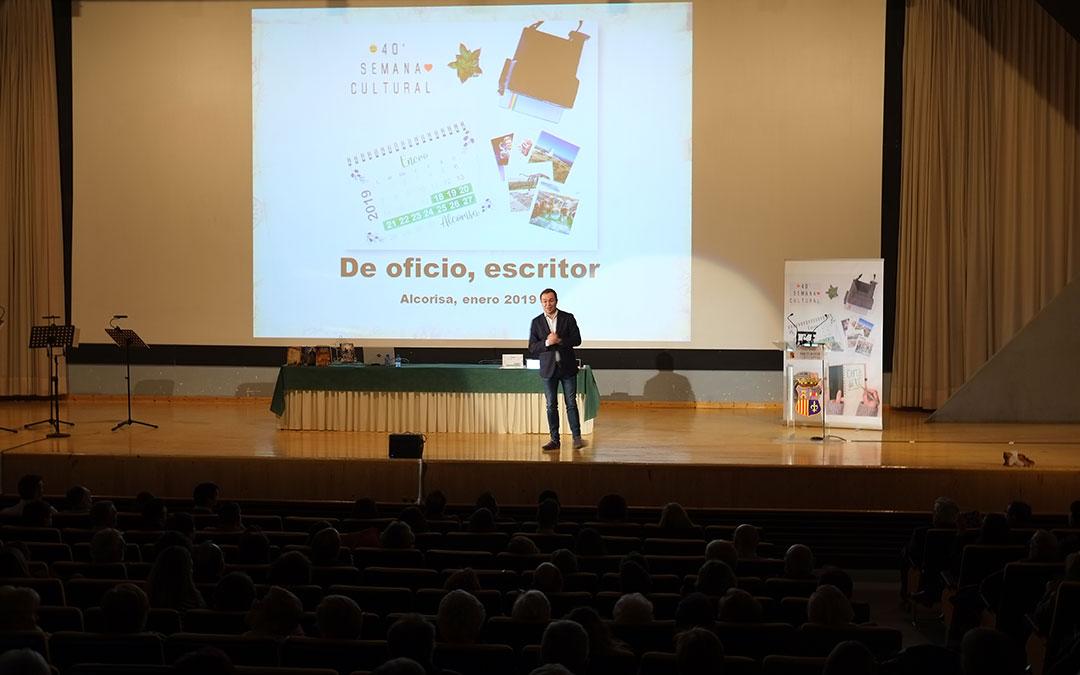 El escritor Javier Sierra sobre el escenario de la sala Alcor 82 en la inauguracion de la Semana Cultural de Alcorisa