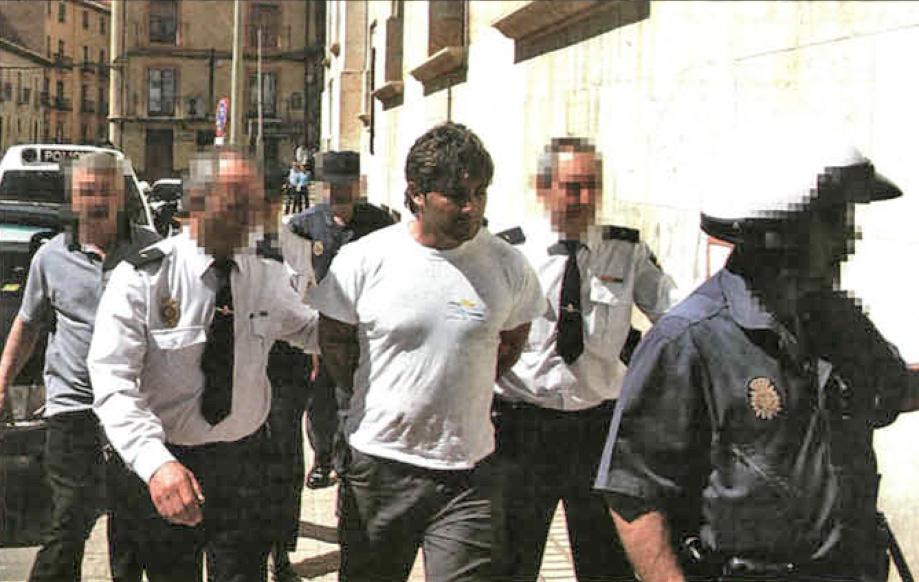 José Javier Salvador a la entrada de los Juzgados de Teruel en el 2003