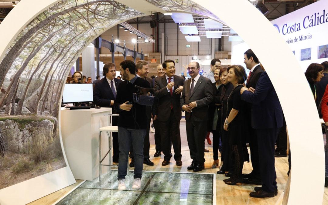 Javier Lambán conversa de manera distendida con el Embajador chino, Lyu Fan, en Fitur.