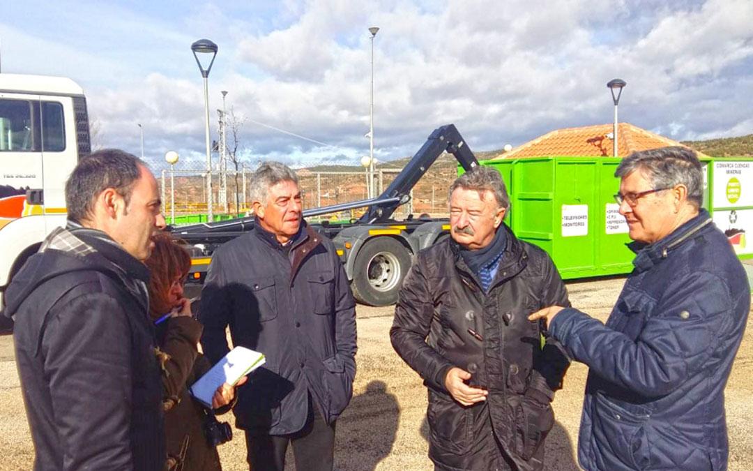 n Vicente Guillén, consejero de Presidencia de DGA, ayer en Martín del Río junto al presidente de las Cuencas Mineras, José María Merino, durante la presentación del punto limpio móvil.