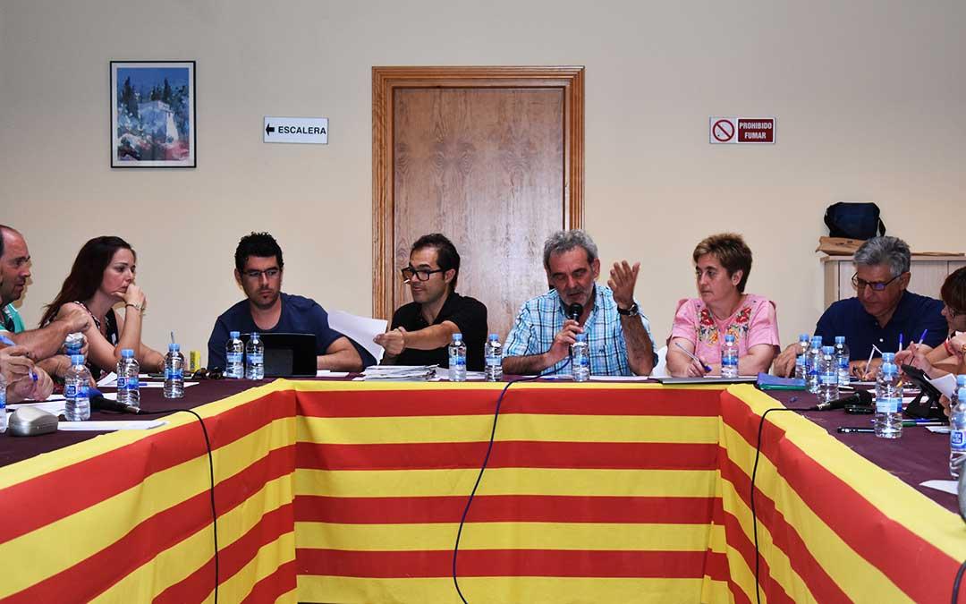 Imagen de un pleno presidido por Francisco Domenech rodeado por sus compañeros del PSOE del Bajo Aragón-Caspe.