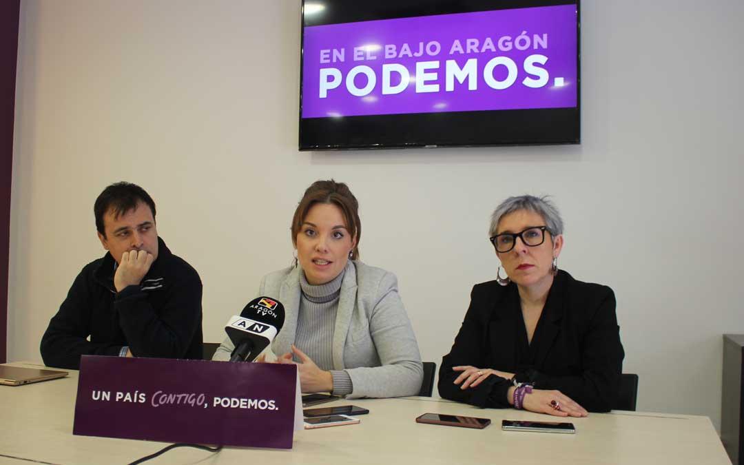 La portavoz Maru Díaz en la sede de Podemos Alcañiz