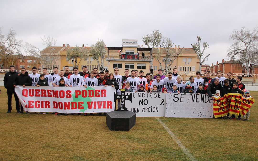 posando con pancartas y camisetas antes del partido de futbol entre andorra y bujaraloz