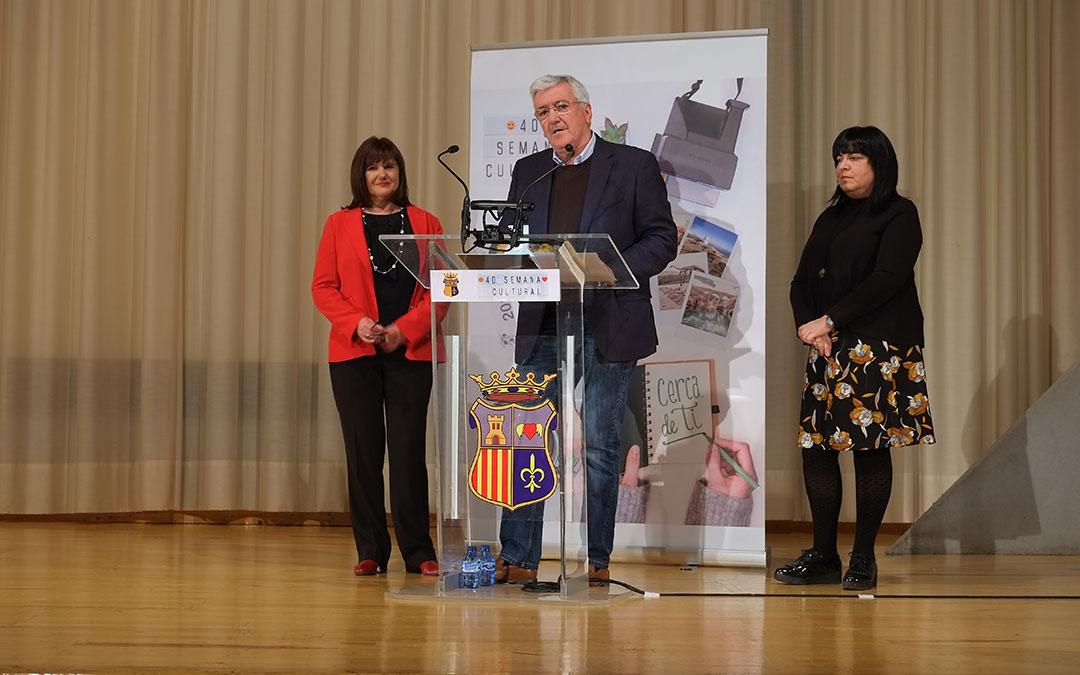 Antonio Martinez recogiendo un reconocimiento en el acto de inauguracion de la semana cultural de alcorisa