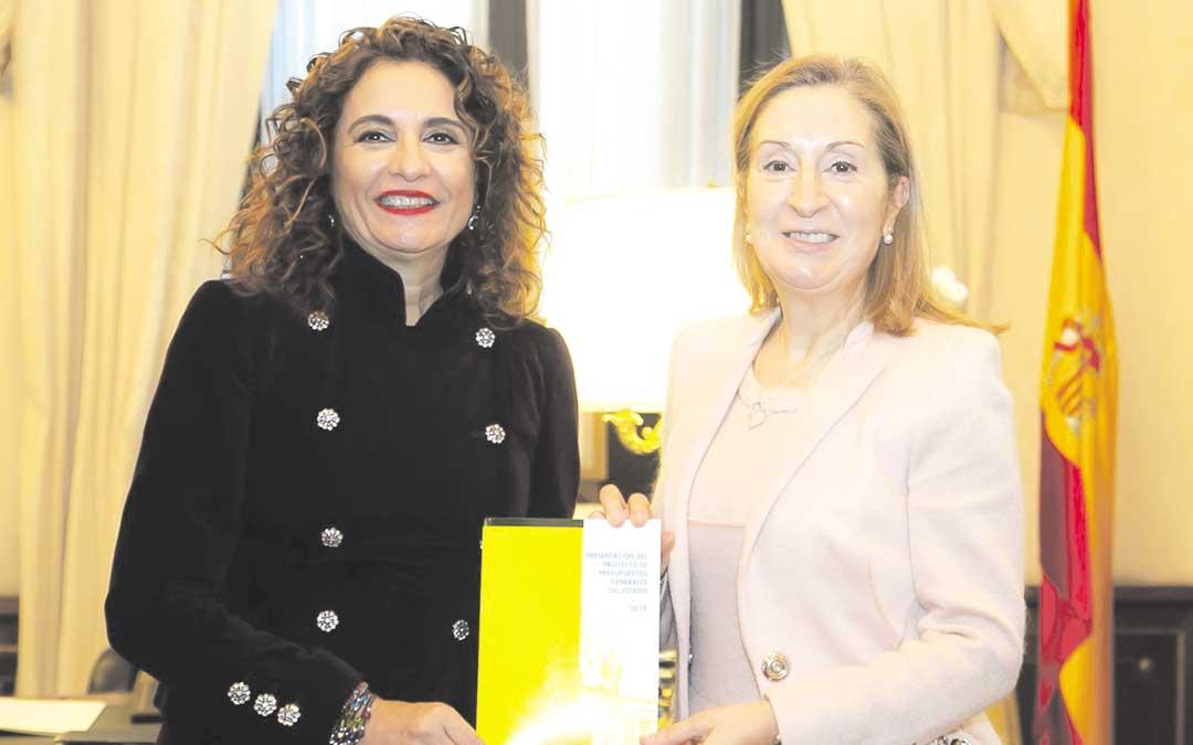 La ministra de Hacienda, María Jesús Montero; entregando los Presupuestos a la presidenta del Congreso, Ana Pastor