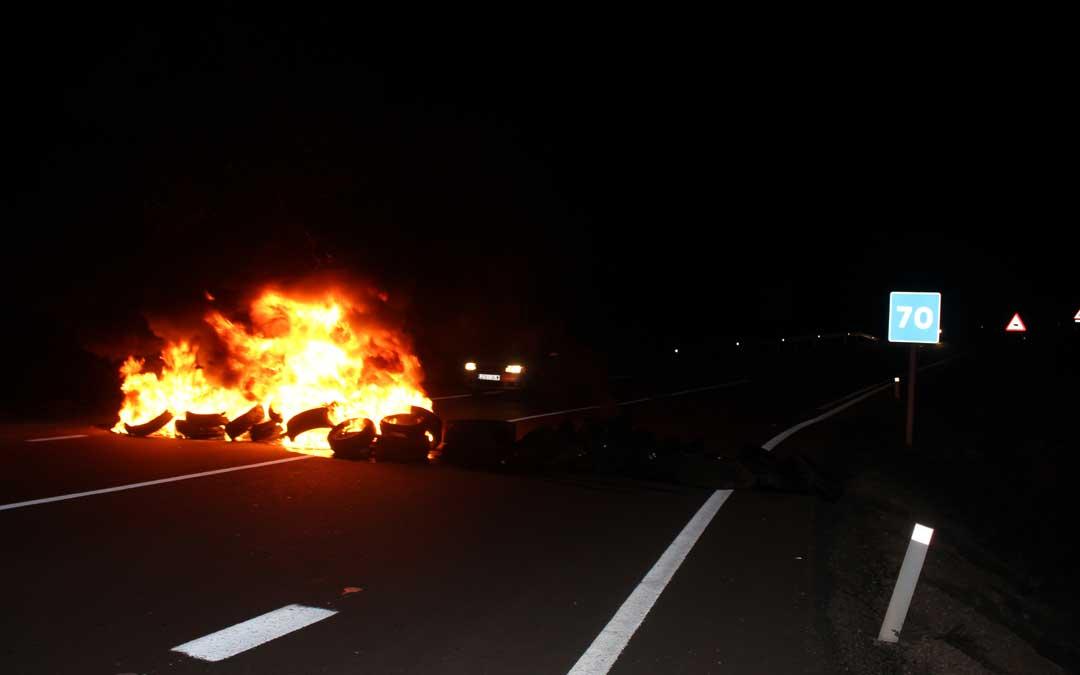 Ruedas quemadas en la carretera a Alloza este miércoles