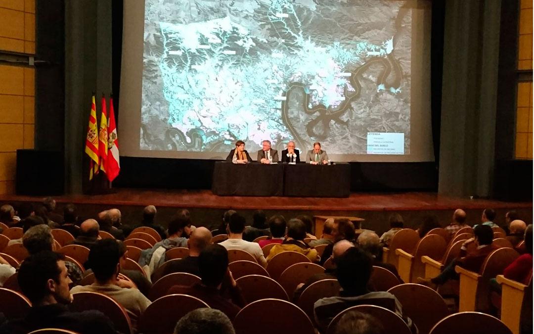 La reunión entre regantes y representantes municipales y autonómicos para hablar del proyecto de regadíos fue en el Teatro Goya de Caspe.