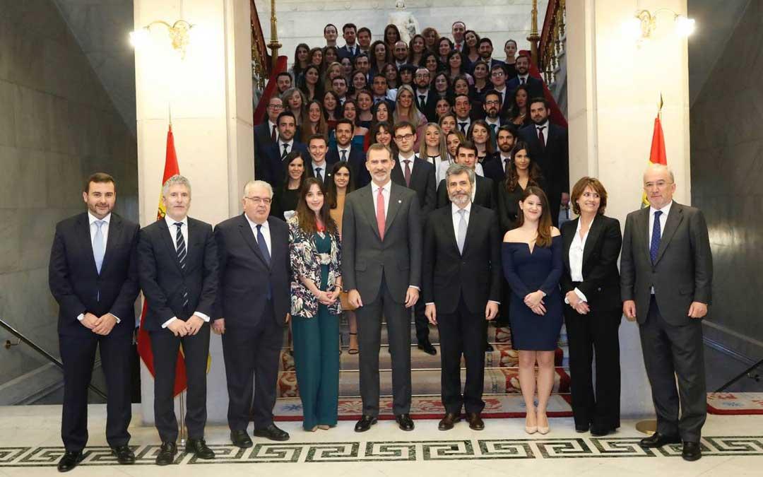La juez Carlota Alonso junto al rey y el presidente del Supremo y otros compañeros en el acto de entrega de los despachos.