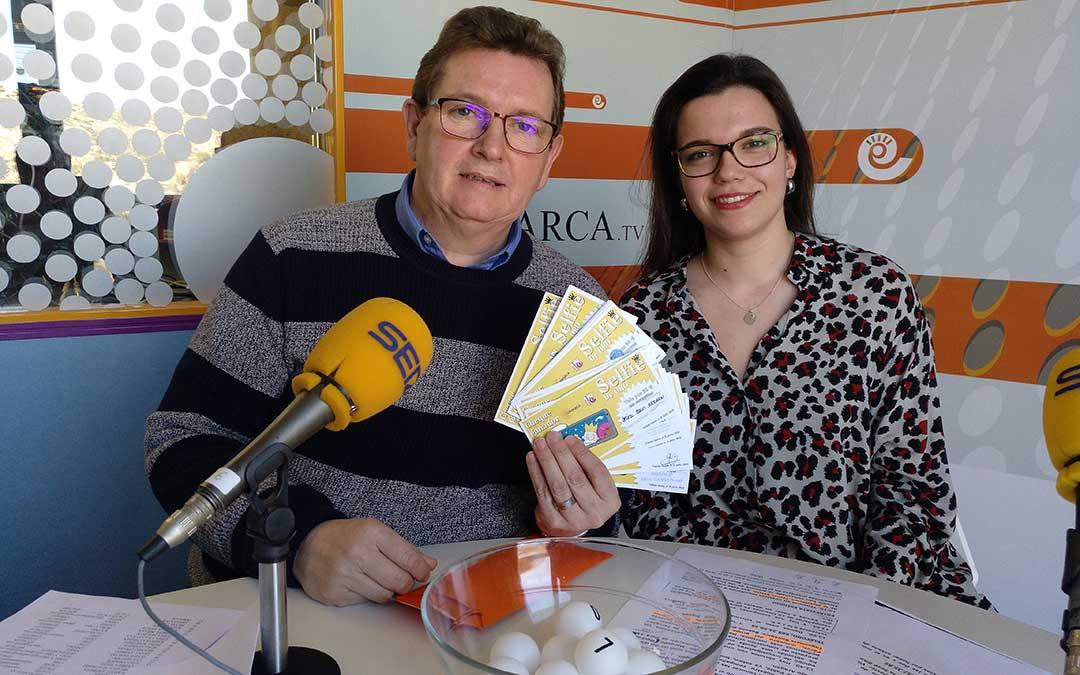 Alberto Gracia, de La Comarca TV con los vales que conforman el premio de El Selfie de Oro.