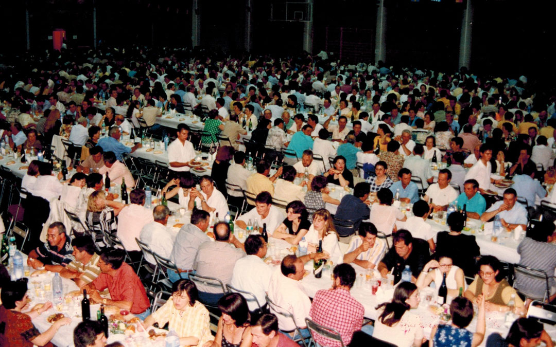 Imagen de la cena de socios del año 2000 en la que participaron 1.200 personas