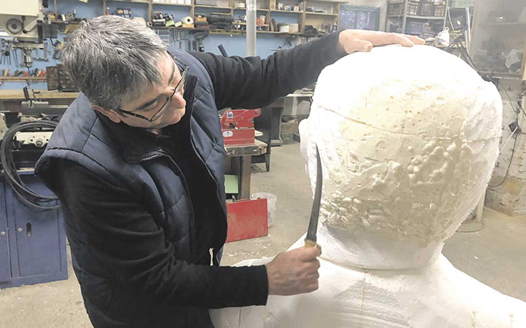 Luis Cortés dando forma a uno de los gigantes