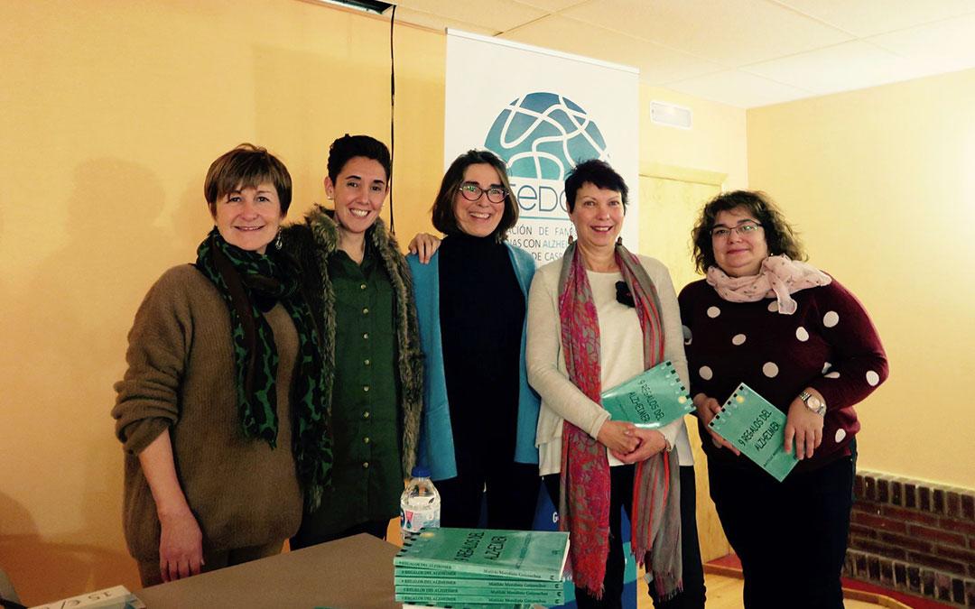 Representantes de Afedacc junto a la autora Matilde Mendieta, en el centro. Foto: Afedacc