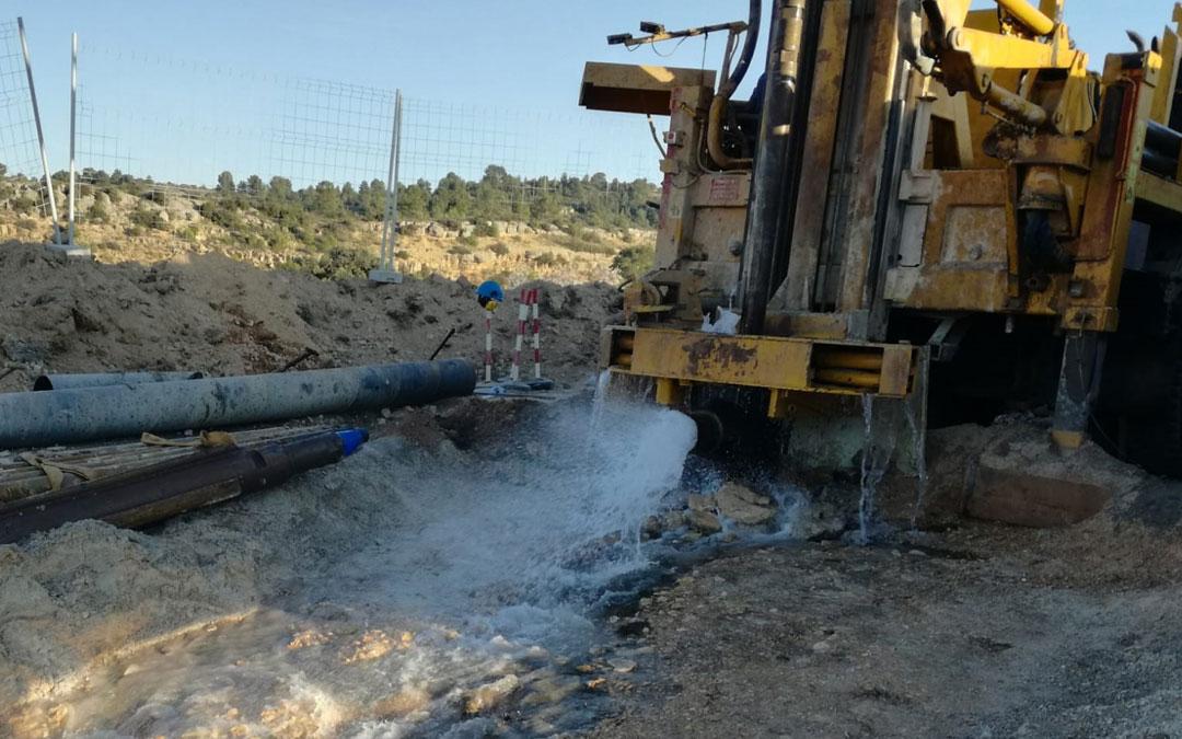 El agua brota con fuerza del pozo subterráneo que se construye en los alrededores de Aguaviva