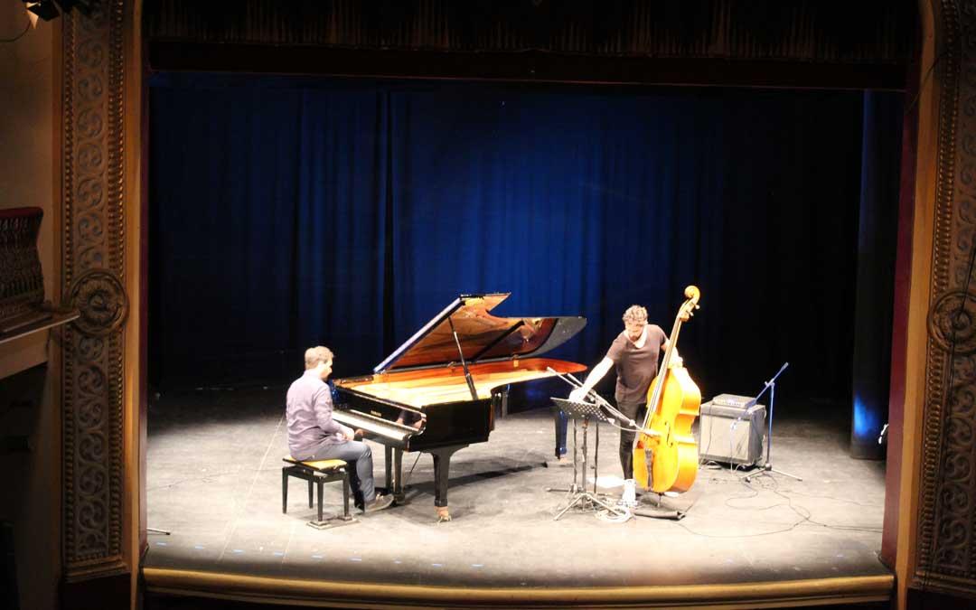 Lluís Capdevila, al piano y Petros Klampanis, al bajo sobre el escenario de Alcañiz de la mano de la Fundación Quílez Llisterri.
