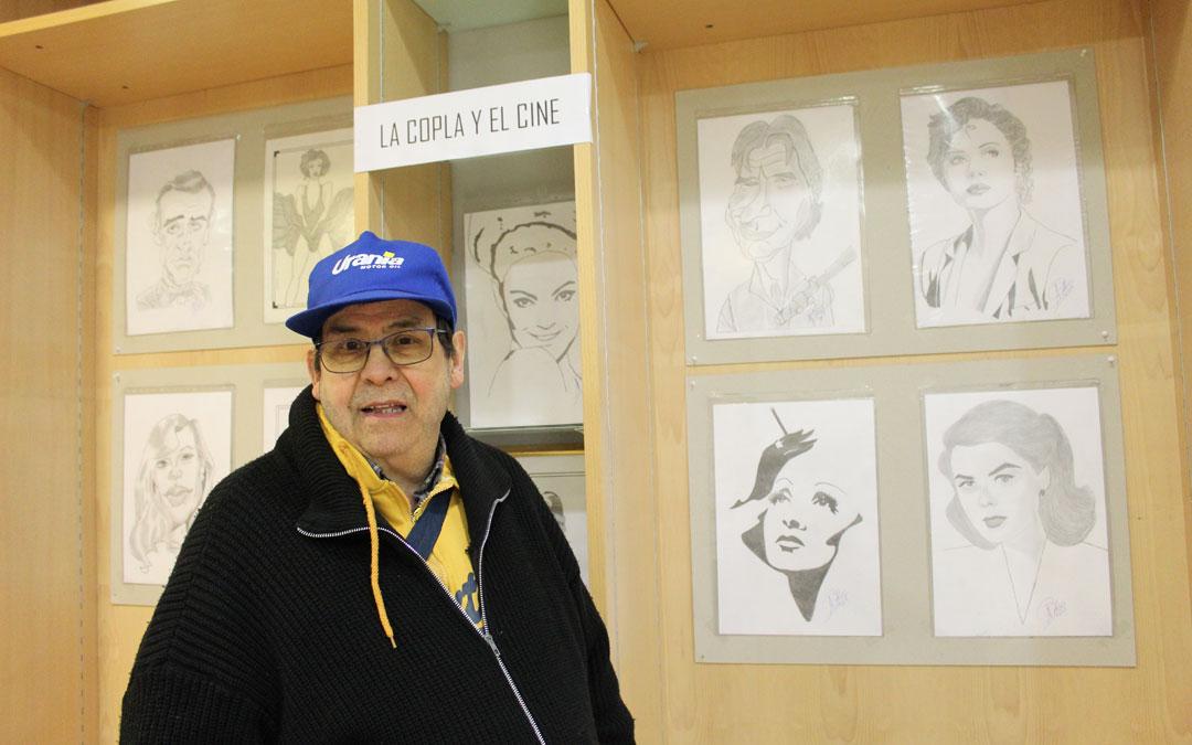 Perales, ante parte de su obra dedicada a la copla y el cine dibujada en lápiz