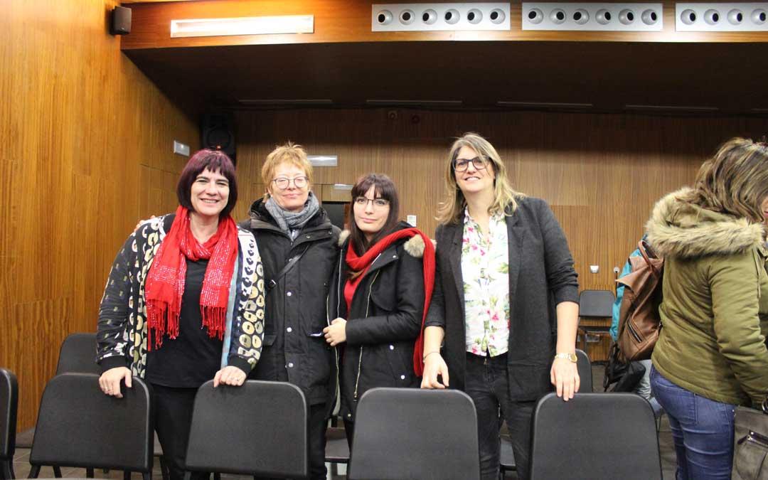 Las cuatro ponentes sobre el lenguaje, el feminismo y la igualdad tras la sesión del Liceo de Alcañiz. De derecha a izquierda: Marta Garú, Elvira Burgos, Rocío Durán y la profesora y moderadora, Susana Mene.