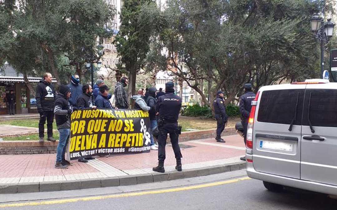 Los Amigos de Iranzo acudieron al mitin de Pedro Sánchez en Zaragoza pero no les dejaron acercarse al presidente en febrero de 2019./ L.C.