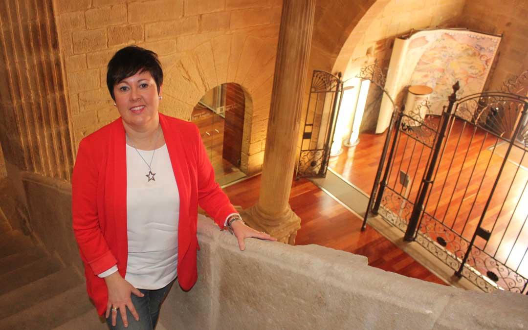 Ana Belén Andreu en las escaleras del vestíbulo de la Casa Maynar, sede de la Comarca del Bajo Aragón, institución en la que ha trabajado en los últimos 8 años. Foto: Laura Castel