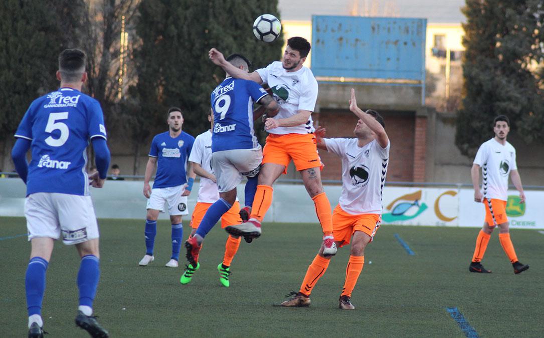 Puyo y Ginés pelean por un balón durante el encuentro de este domingo jugado en Los Rosales