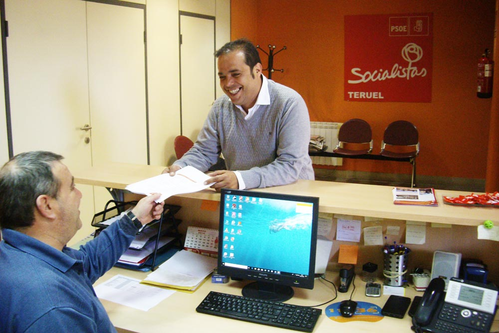 Antonio Amador, coordinador del PSOE de Teruel en una foto de 2018 entregando la lista de renovación de las agrupaciones locales.