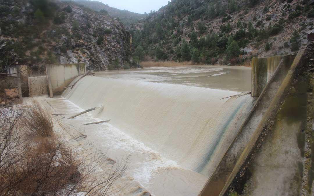 El azud de Abenfigo se encuentra colmatado por lo que el agua sale con lodos hacia las acequias