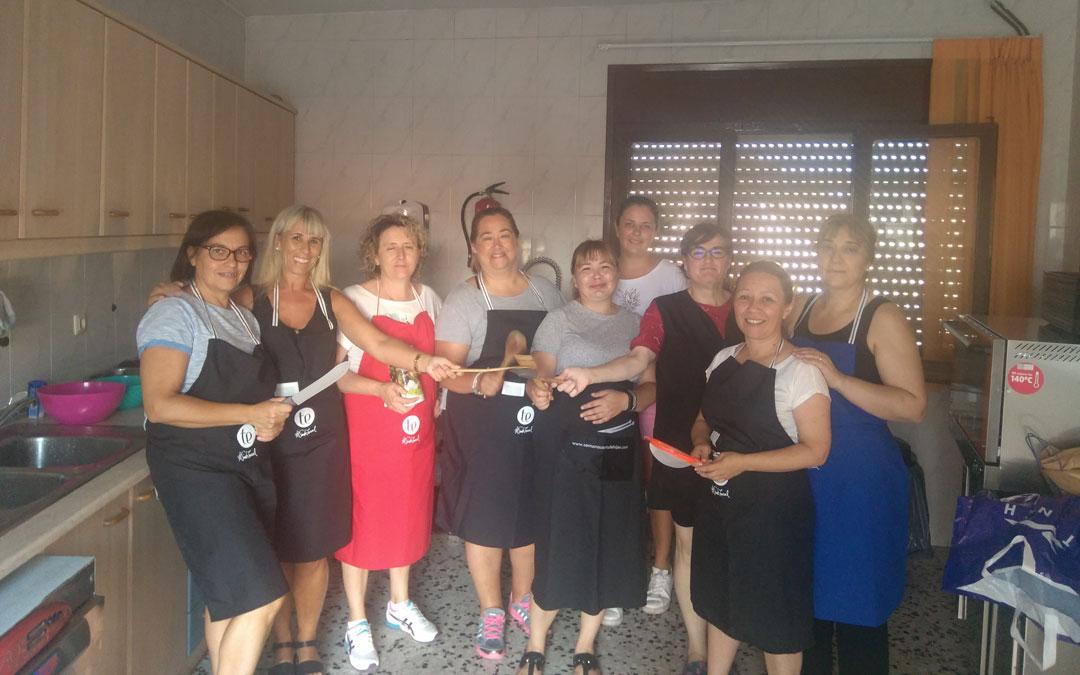 El grupo y su docente, en verano en el albergue de Albalate donde pudieron practicar todo lo relevante a la ayuda a domicilio dentro del Taller y su programación.
