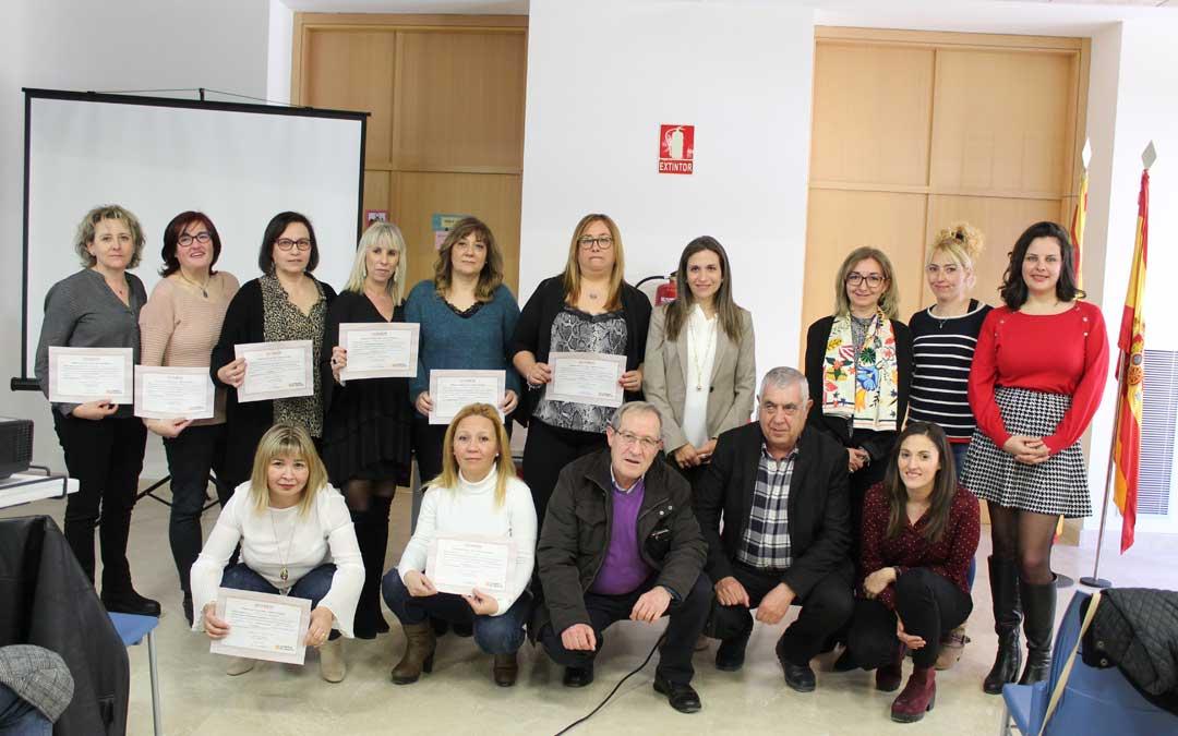Foto de familia de las ocho alumnas, con las autoridades y el personal docente del Taller de Empleo, en la entrega de certificados en Albalate