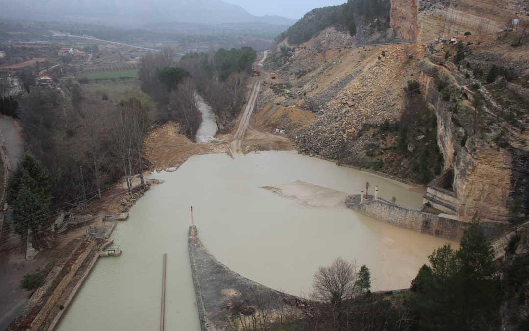 La balsa de decantación que se construyó justo a los pies de la presa aguas abajo es «muy pequeña» para la cantidad de miles de toneladas de lodo que ha tenido que soportar y por eso se ha llenado enseguida al igual que el tubo por el que sale el agua al cauce del río de Guadalope