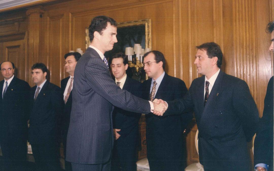 En la recepción en Zarzuela donde les recibió el Príncipe Felipe al que Calanda, en 1996, le concedió el Premio Tambor Noble de la Ruta del Tambor y Bombo.