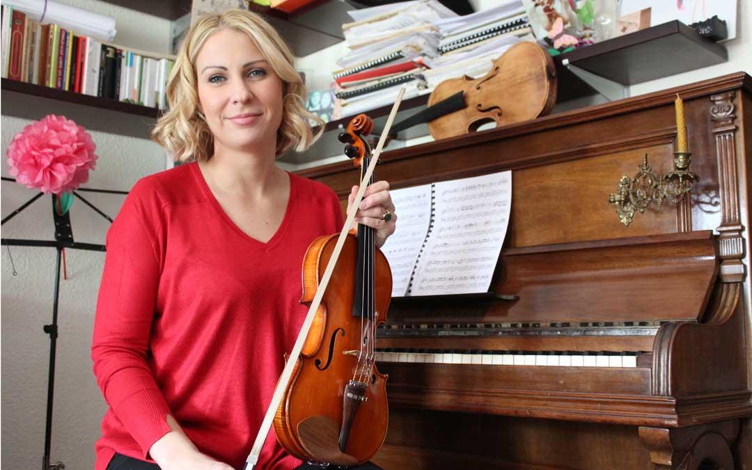Ania, sentada a su antiguo piano, sujeta su inseparable violín. Al lado, otro que espera una restauración