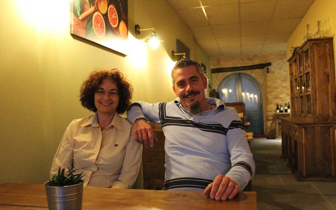 La pareja, en el comedor de la casa en la que han iniciado una nueva vida en La Cañada