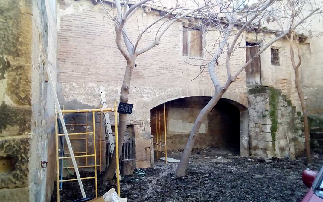 Estado de la zona izquierda a recuperar antes de que comiencen las obras de la Casa Bosque de Caspe.