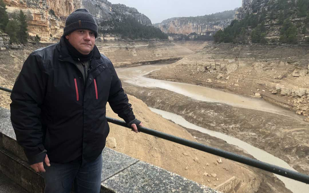 En el embalse de Santolea se aprecia como el río va erosionando los lodos (acumulados desde la construcción hace 90 años) y los transporta aguas abajo. En la imagen, Javier Villanueva, portavoz de AEMS-Ríos con Vida