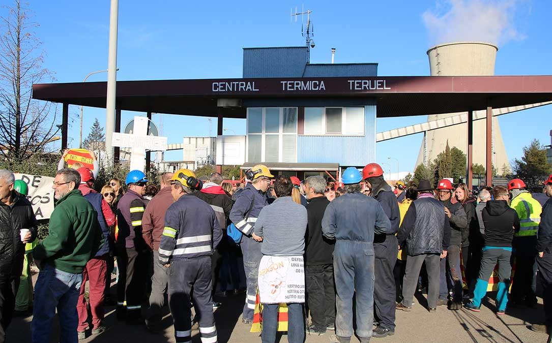 concentracion trabajadores puerta central termica andorra