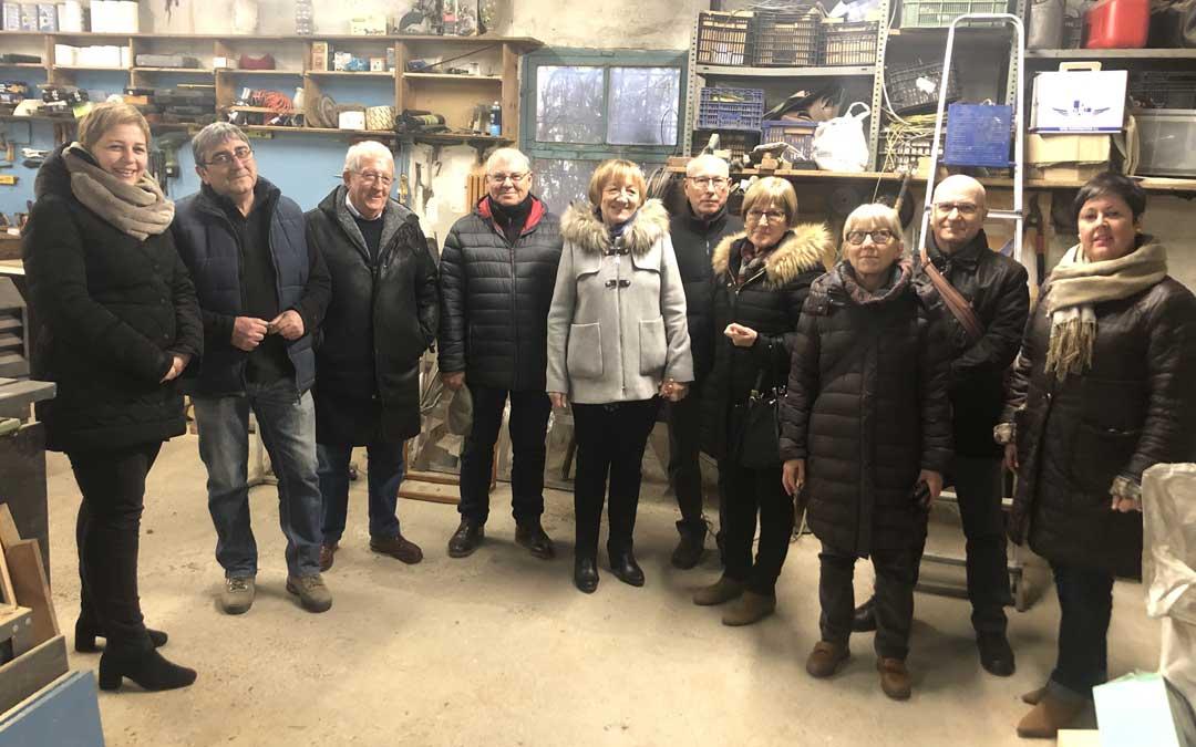 Familiares de Noel Vallés y José Alejos visitaron el taller donde se construyen los gigantes junto a las concejales Berta Zapater y Ana Belén Andreu