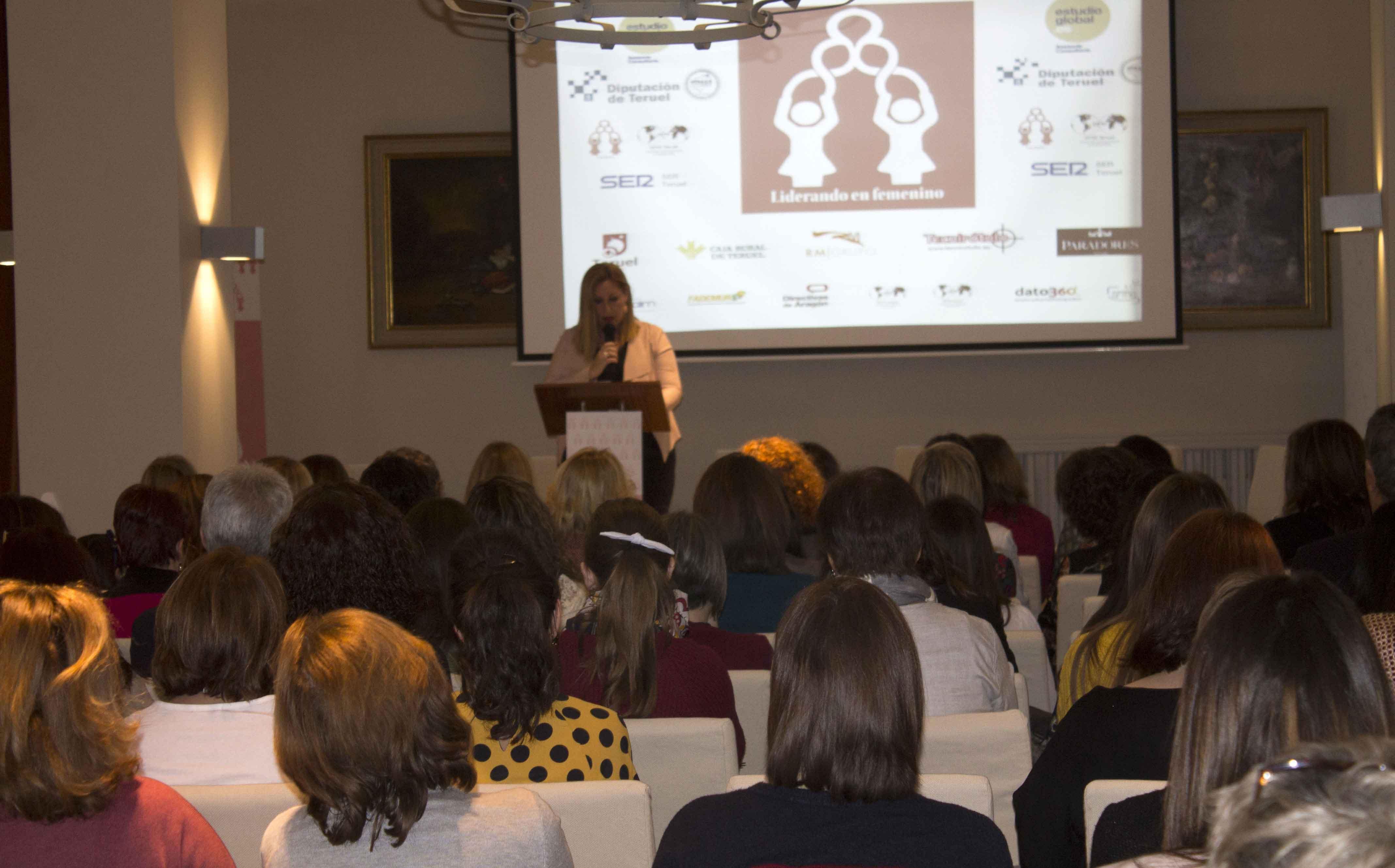 Elena Lluch, presidenta de la asociación provincial de Teruel Enredadas, durante la inauguración de Liderando en Femenino
