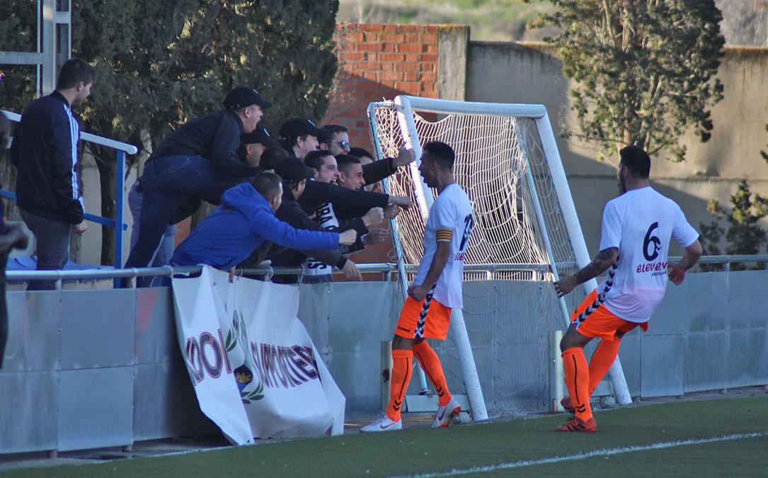 Jesús Fernández celebra el 0-1 con los aficionados del Andorra desplazados hasta Caspe