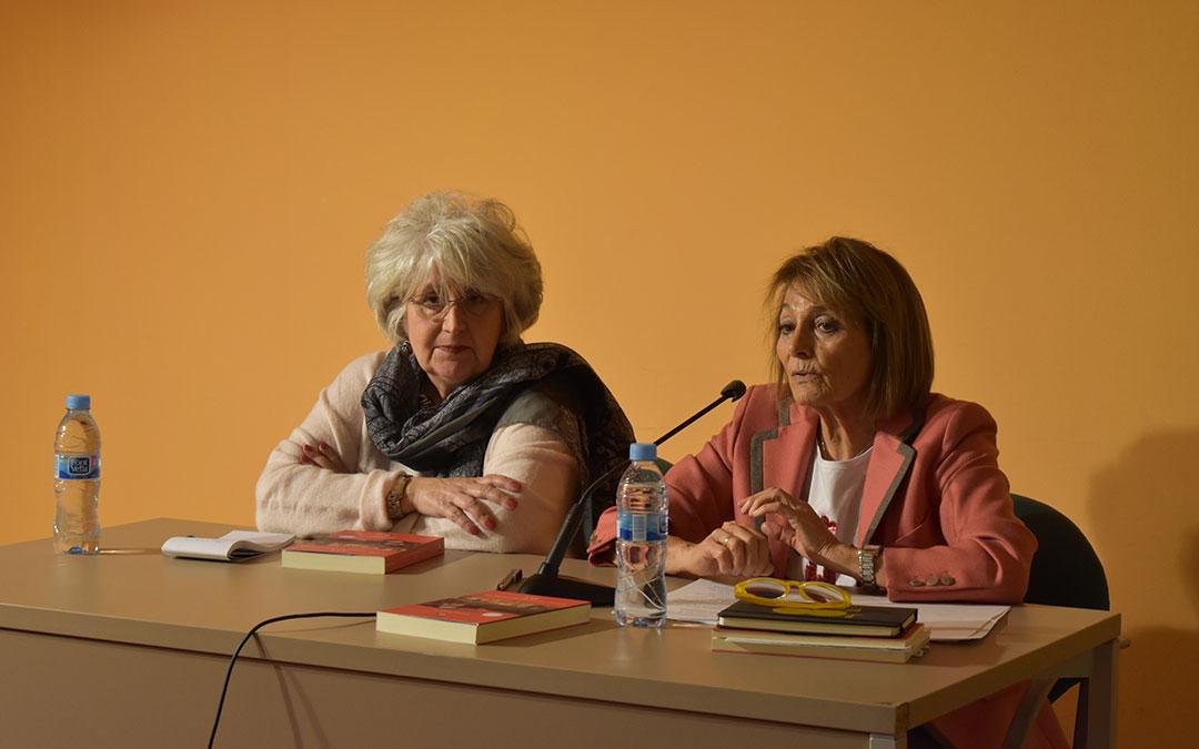 Teresa Freixes junto a la periodista Lola Ester Uruén.