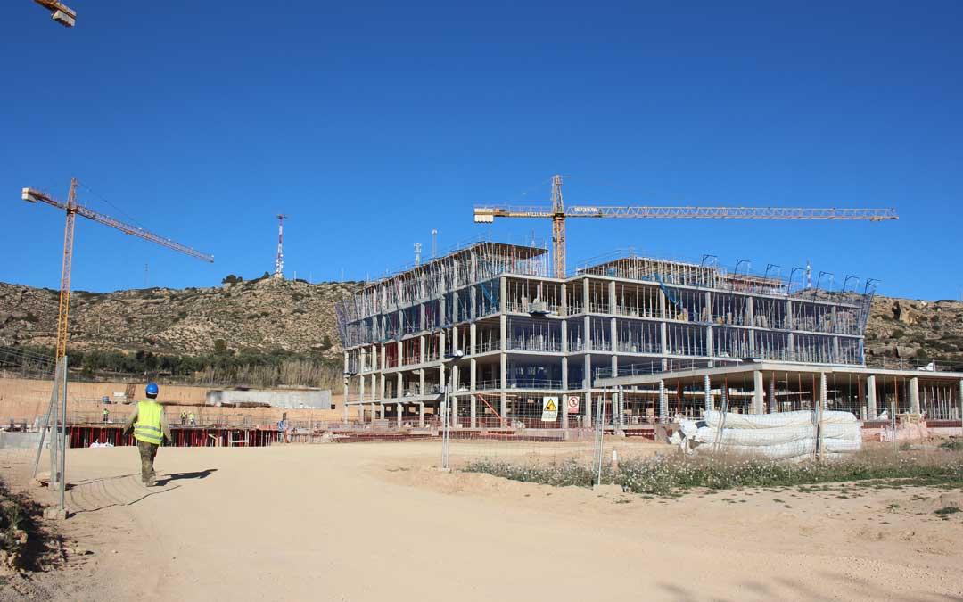 Las obras del Hospital de Alcañiz verán reducida a partir de hoy su actividad. Foto: L. Castel