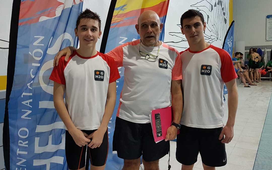 el nadador junto a companero y entrenador del club