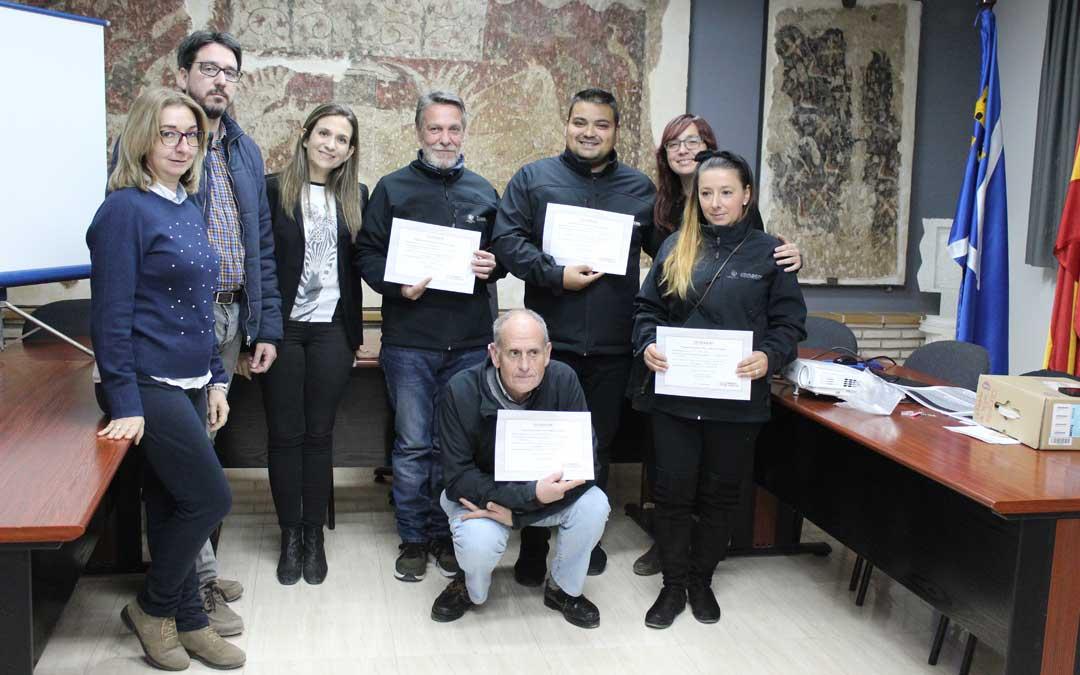 Cuatro alumnos con sus certificados junto a la directora, el alcalde y el INAEM.