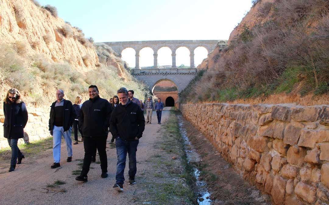 Visita a los trabajos realizados junto al puente de La Torica de la vía verde, entre ellos, el muro que estaba en mal estado.