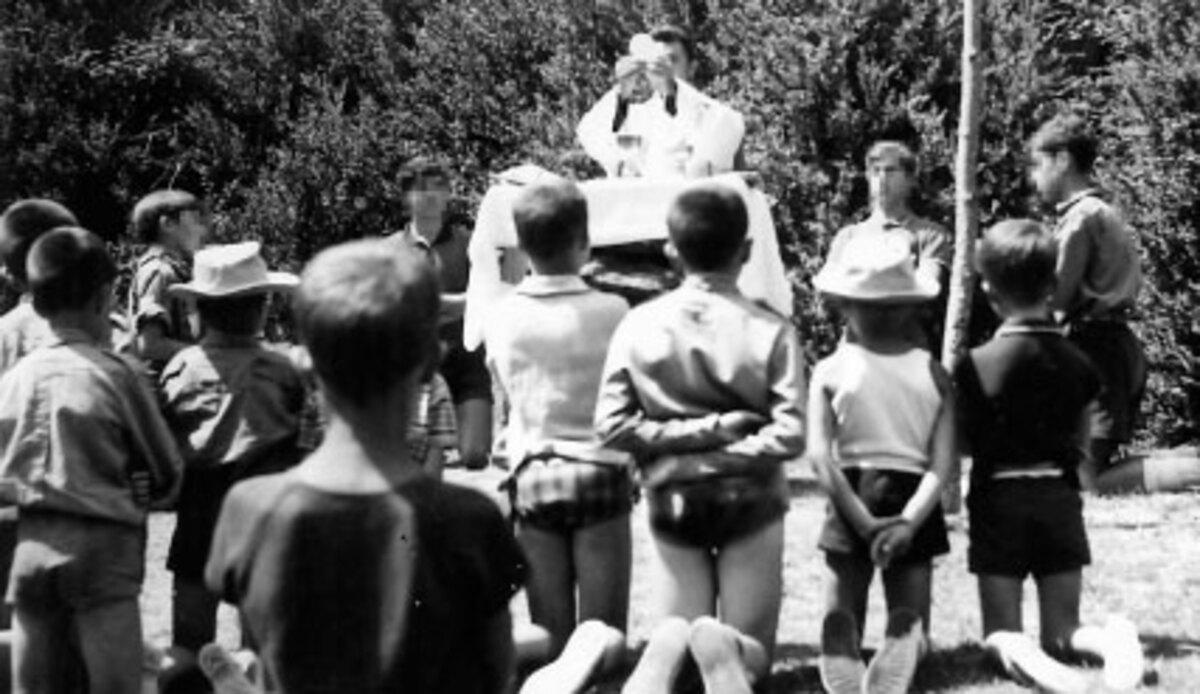 El padre Enrique celebrando una misa en uno de los muchos campamentos que organizaba con los Scouts. Foto: La Comarca