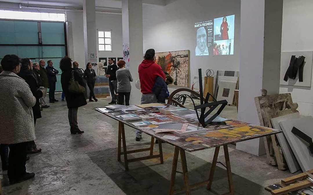 Santiago Martínez en el momento de exponer la parte de artistas residentes del Proyecto Alasbastro en Logroño.