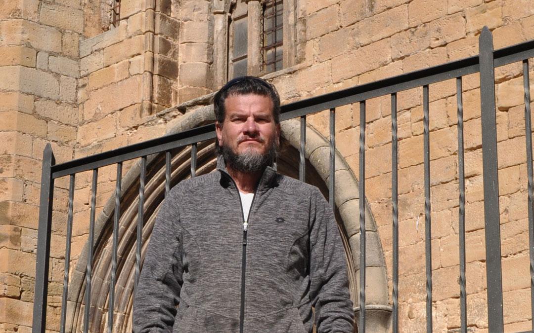 Gabriel García posa junto a la iglesia de Lledó, pueblo donde vive actualmente. Javier de Luna