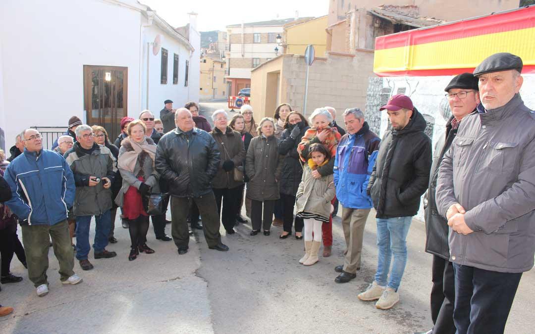 Los vecinos del barrio se han acercado a ver el mural de las Cantarerías