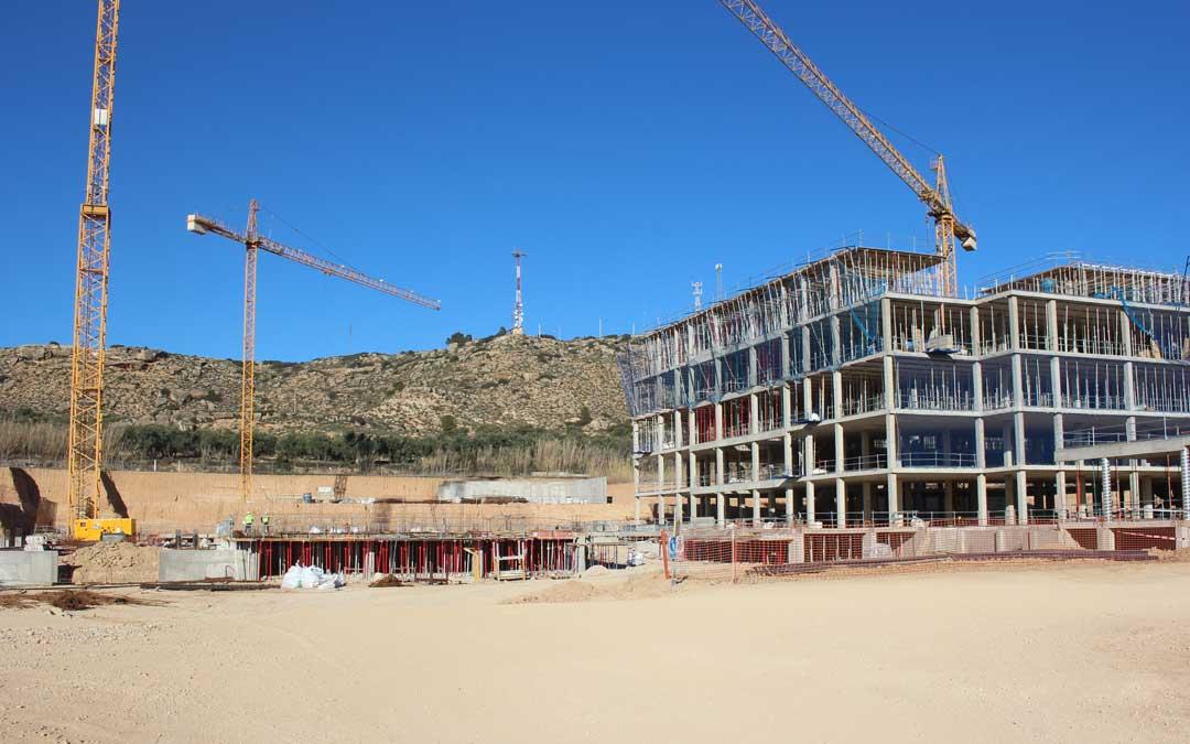 Estado de las obras del Hospital. Ya se ha levantado el edificio de hospitalización. Foto: L. castel