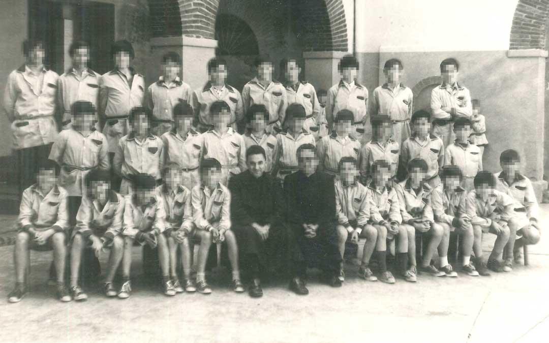 El padre Enrique en una foto de grupo en 1970 con el primer curso de Primaria. Estuvo en Escolapios de mediados de los 60 al 83. l.c.