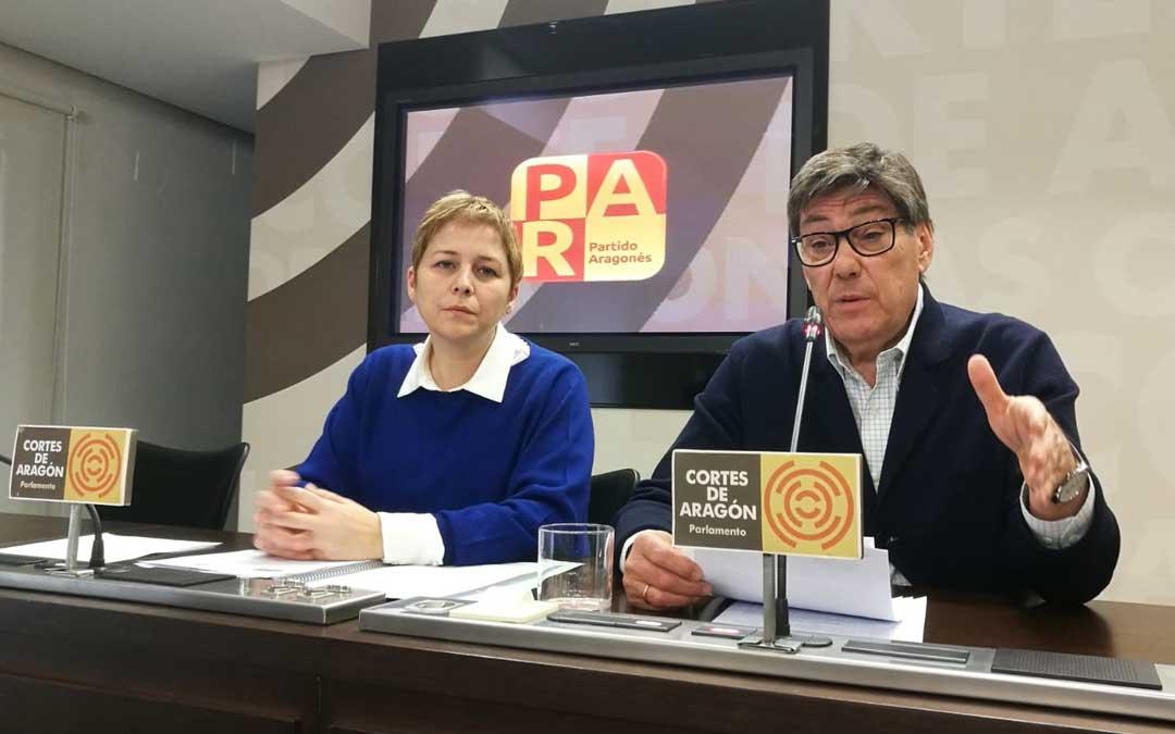 La diputada portavoz del PAR en sanidad, Berta Zapater; y el presidente del partido, Arturo Aliaga, en las Cortes